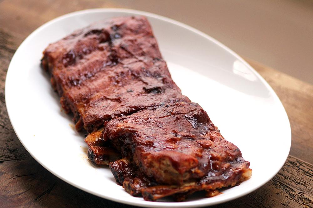 Costelinha suína ao molho barbecue - Sabe aquela costelinha que a carne solta do osso, que desmancha de tão macia? Essa costelinha de porco assada com molho barbecue é assim, simplesmente incrível e igualzinha à costela do Outback (ribs on the barbie). Faça em casa!