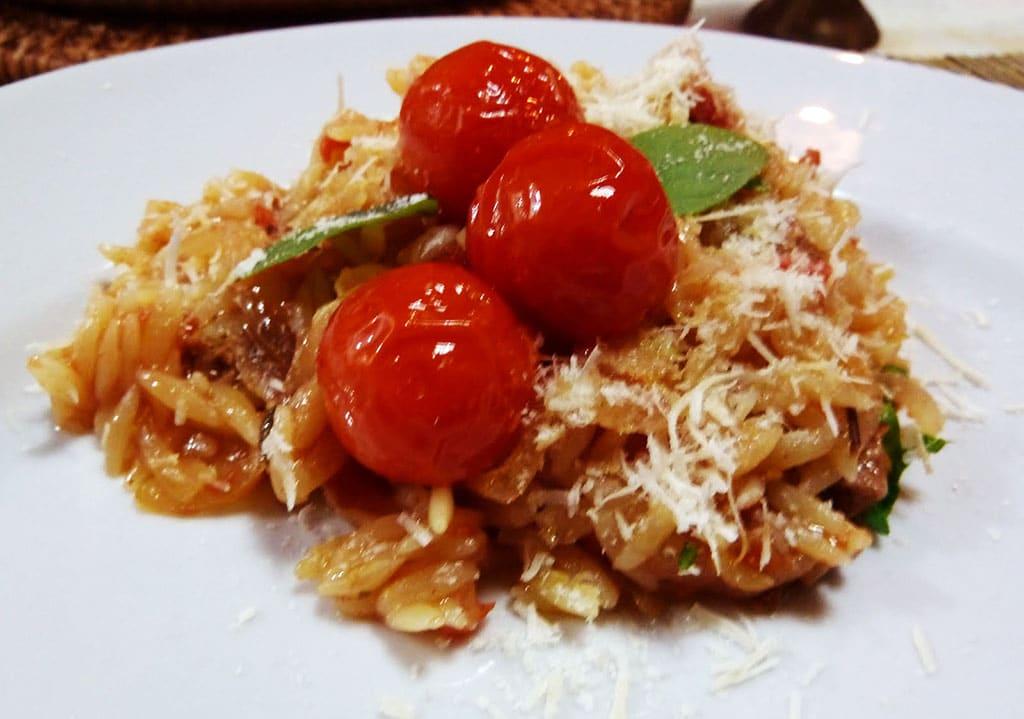 risoni com cordeiro e tomates ao forno