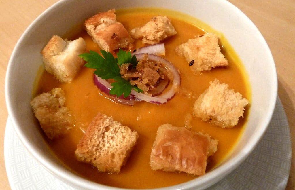 Sopa tailandesa de abóbora com curry