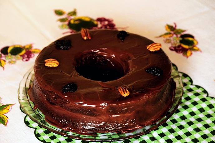 Bolo de ameixa com recheio de doce de leite - Prepare esse delicioso bolo de ameixas recheado com doce de leite, nozes e ameixas. A receita é fácil de fazer, confira no blog.