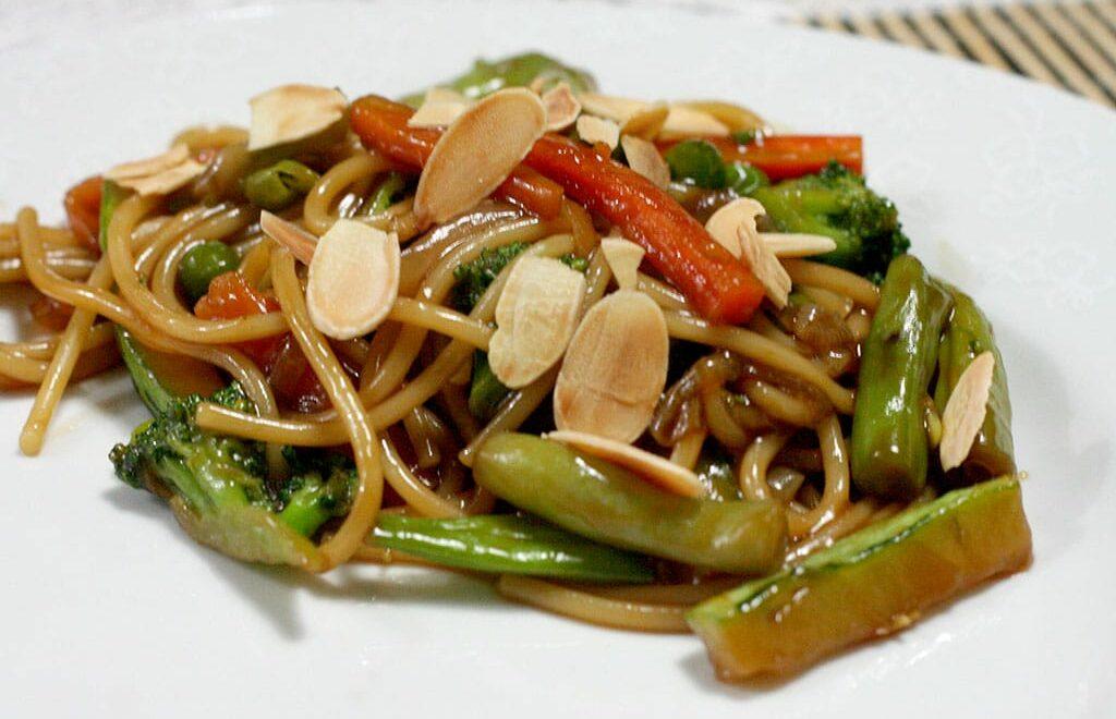 Yakisoba de legumes com molho de ostras