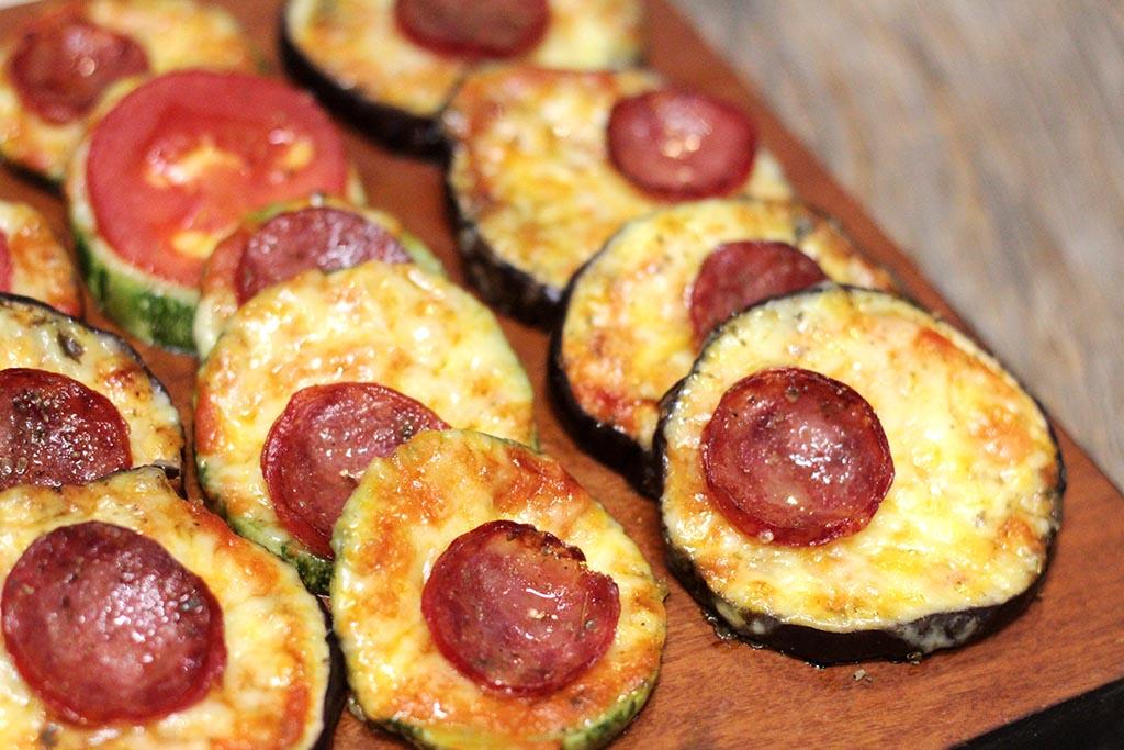 """""""Pizza"""" de berinjela e abobrinha gratinadas"""