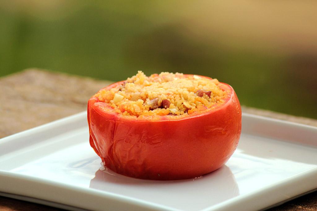 Tomate recheado com cuscuz marroquino