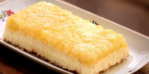 Torta de sorvete de coco e calda abacaxi