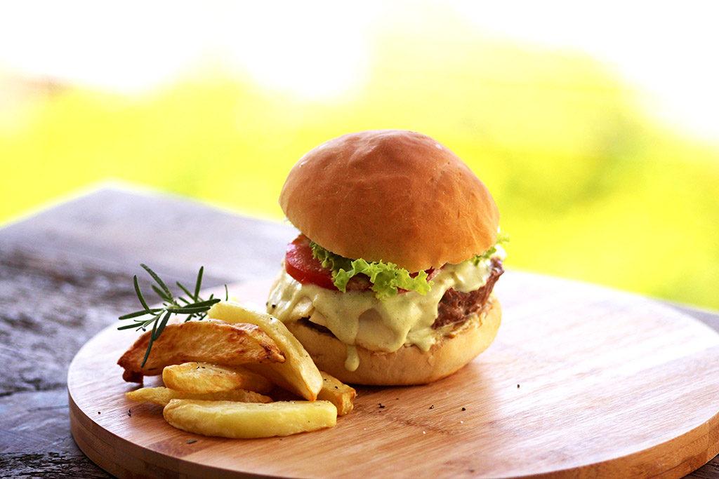 Aprenda a fazer um delicioso hambúrguer de linguiça defumada