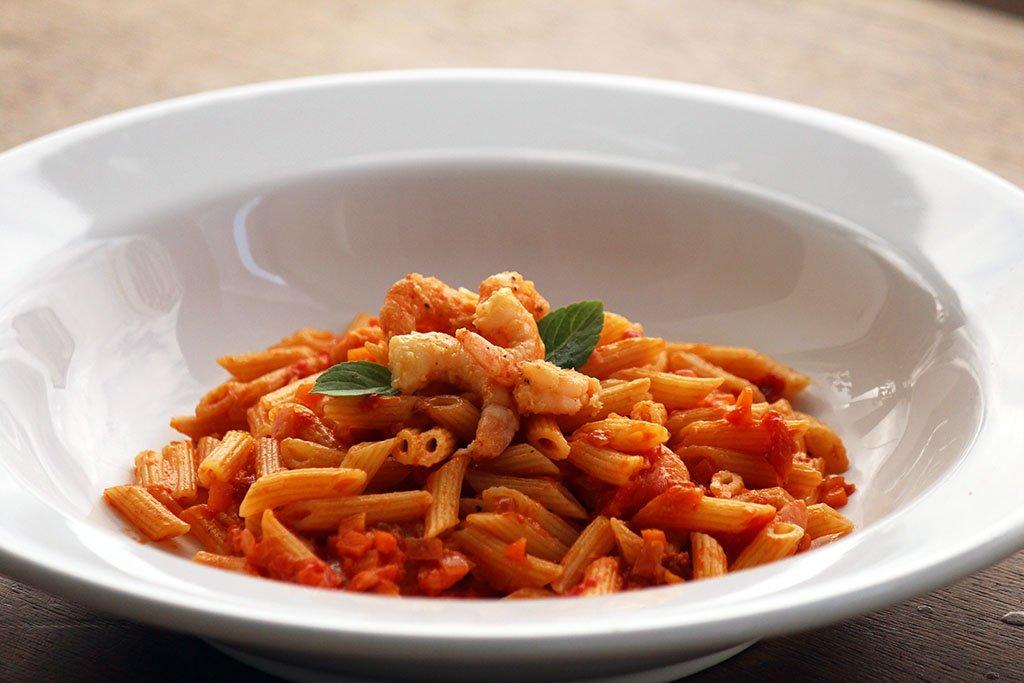 Penne ao molho de camarão com alho assado