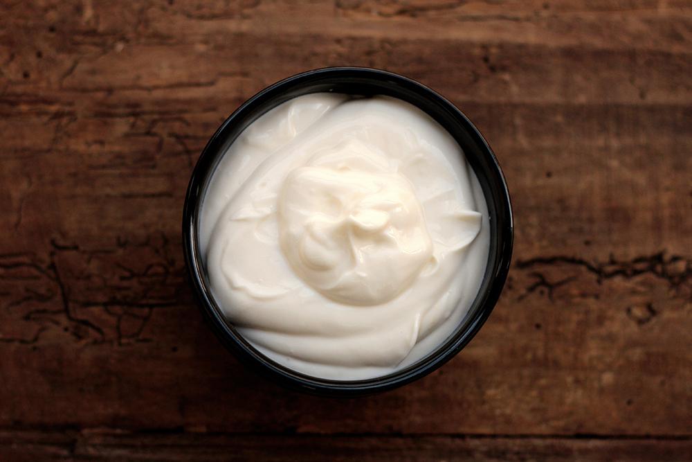 Como fazer requeijão cremoso caseiro - Confira a receita completa e aprenda a preparar requeijão sem amido em casa. É fácil de fazer, é mais saudável e você ainda economiza. Ingredientes: Leite, limão, sal e creme de leite.