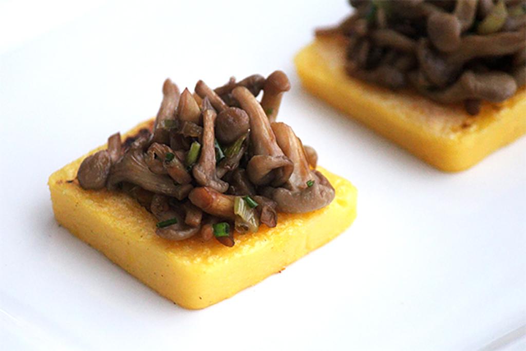 Canapés de polenta com shimeji na manteiga