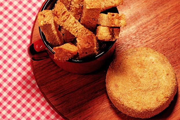 Queijo brie empanado com toque de mel | Sem fritura