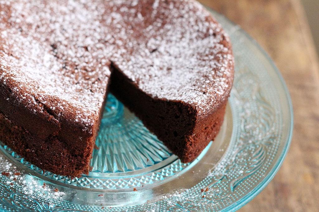 Um bolo de chocolate com dois ingredientes...