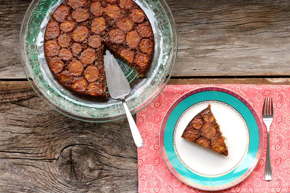 Bolo de banana aveia e coco - Confira a receita desse bolo saudável de banana e delicioso. Ele é feito com aveia, sem farinha é fácil e gostoso.