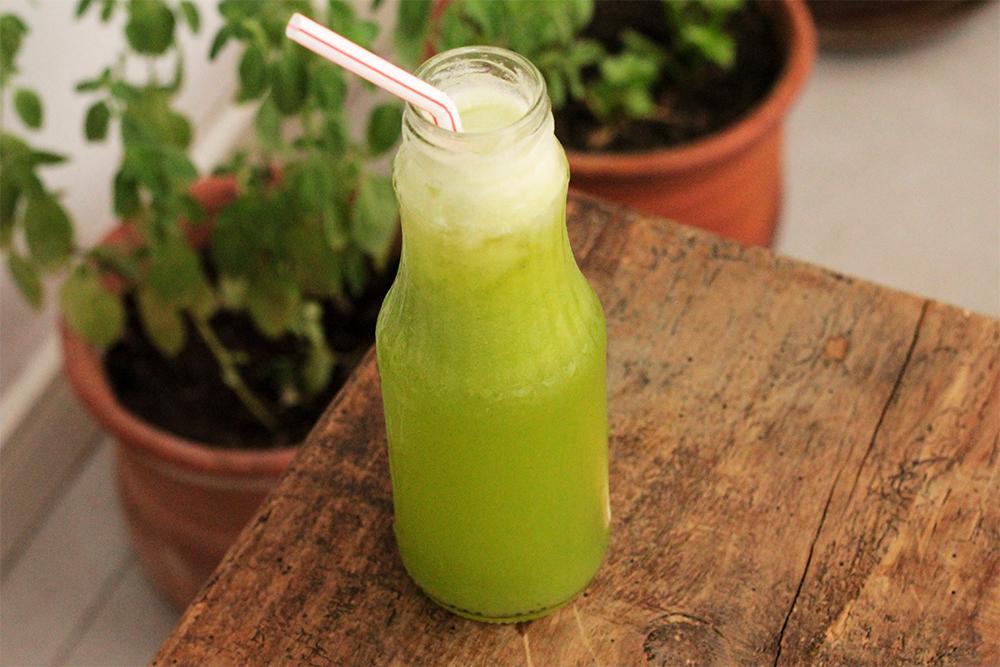 Suco de abacaxi, rúcula e manjericão