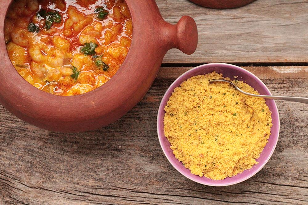 Moqueca baiana de peixe e camarão - Confira a receita dessa deliciosa moqueca que vem de uma receita da famosa Donana. É uma moqueca fácil, deliciosa e com os sabores da Bahia.