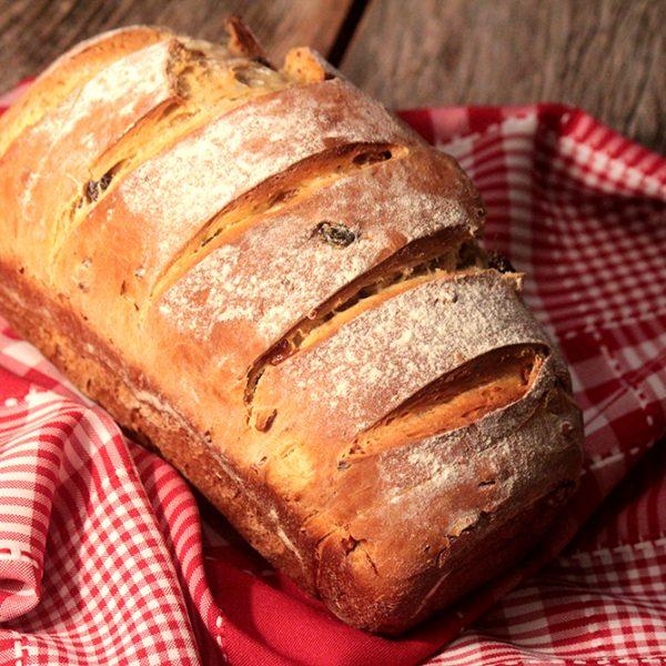 Pão com páprica, uvas-passas e nozes