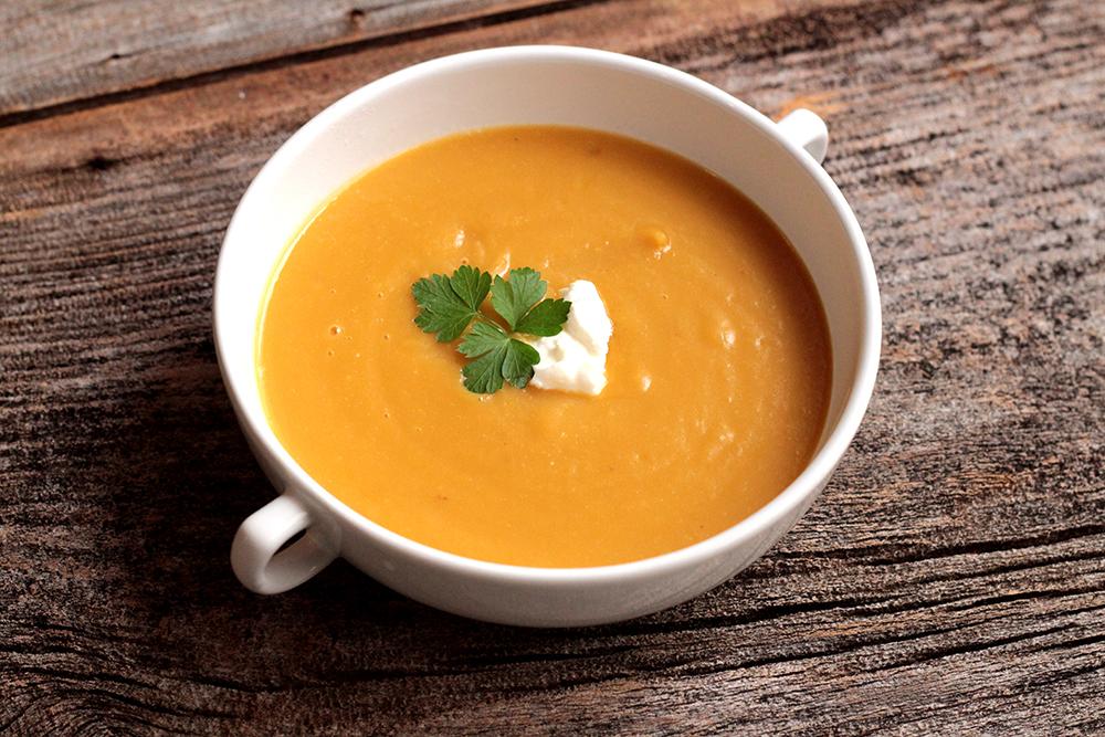 Faça essa deliciosa sopa de batata-doce e cenoura assadas - A receita é muito fácil, para o preparo você só precisa de batata-doce, cenoura, caldo e mais alguns temperos.