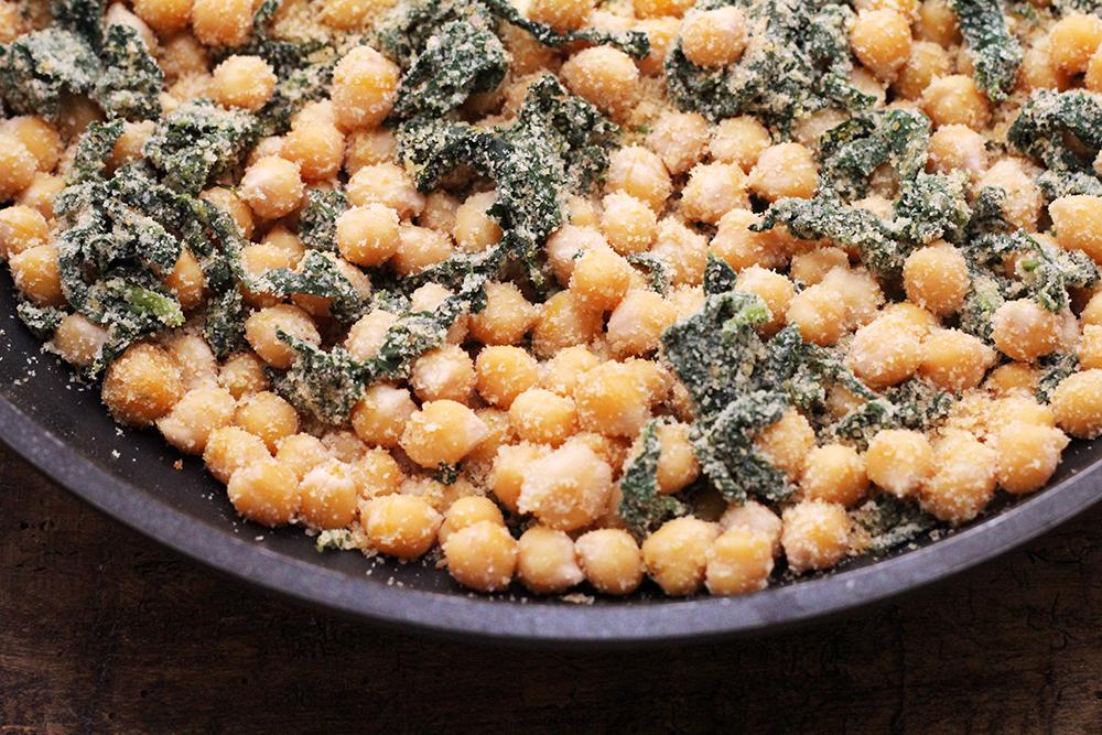Grão-de-bico, espinafre e farofa - Prepare essa deliciosa receita de grão-de-bico com espinafre e farofa. A receita é fácil de fazer e esse refogado, vai deixar o seu grão-de-bico saudável e delicioso.