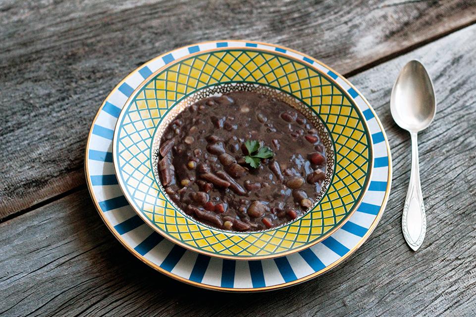 Sopa de feijão com legumes e massa, uma receita deliciosa e nutritiva para você fazer em casa. Essa sopa cremosa leva cenoura, milho, batata e macarrão. Experimente esse prato com sabor de comida de verdade e afetiva.