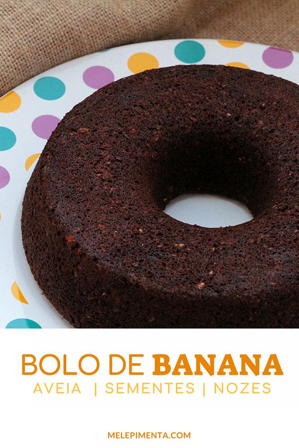 Bolo de banana com aveia e sementes. Bolo de banana com aveia e sementes. Essa receita fácil de fazer, você só precisa misturar todos os ingredientes em uma tigela. Confira a receita desse delicioso bolo funcional e muito saudável, ele é rico em fibras, muito nutritivo e fácil de preparar. Prepare essa receita sem glúten, sem lactose e simplesmente incrível. Confira os principais ingredientes: aveia, ovos, banana, canela, sementes e nozes.