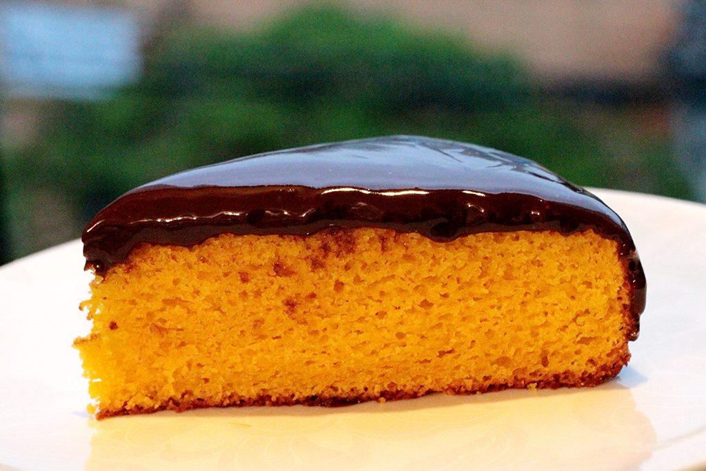 Bolo de cenoura simples com cobertura de chocolate - Uma receita simplesmente perfeita para você chamar de sua. Esse bolo de cenoura é fácil de fazer, é delicadamente úmido, doce na medida certa e coberto por uma perfeita cobertura de ganache de chocolate meio amargo.
