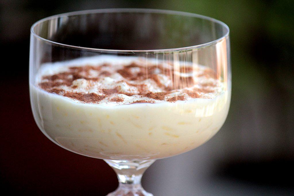 Arroz doce com gemada - Uma receita cremosa e deliciosa para você preparar em casa. É uma sobremesa de travessa muito econômica e muito gostosa.
