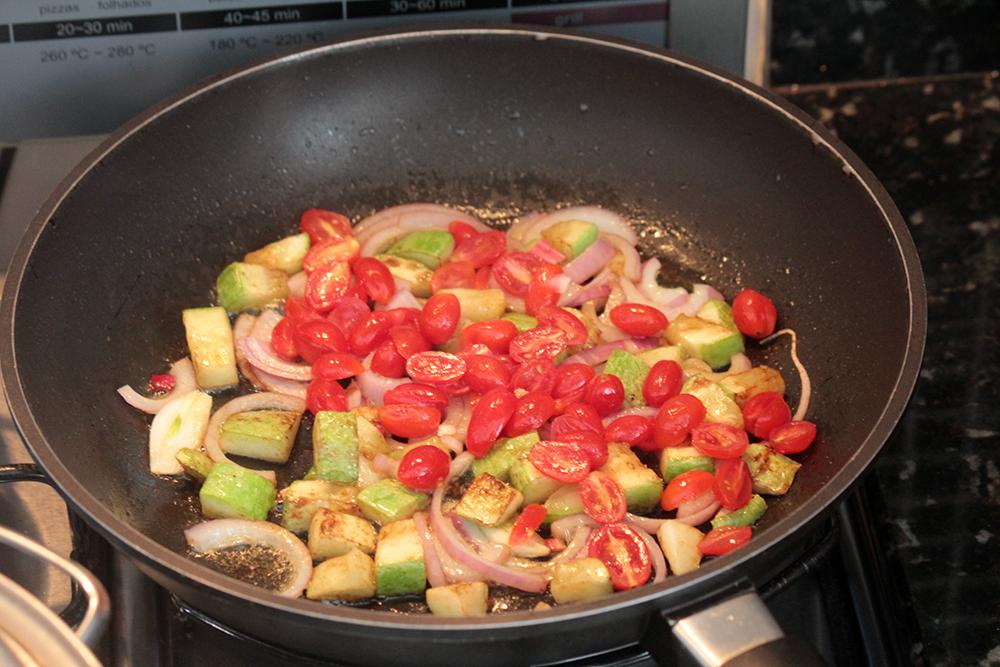 Nhoque de grão-de-bico uma receita saudável e gostosa. Esse grão é rico em nutrientes e simplesmente delicioso. Essa receita foi preparada com vegetais que deram um toque colorido e leve ao prato.