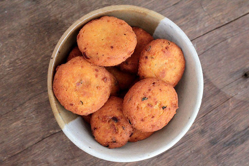 Bolinho de grão-de-bico e ricota | Una receita deliciosa para você consumir esse ingrediente muito saudável e rico em fibras e nutrientes. Eles podem ser preparados fritos ou na fritadeira sem óleo (airfryer).