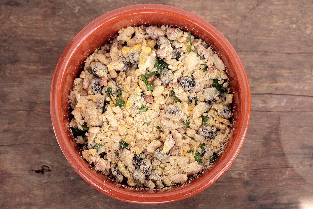 Farofa de ovos com bacon e uvas passas - Uma deliciosa e fácil receita de farofa para você preparar para acompanhar os mais variados pratos. Você pode fazer essa farofa de ovos para o dia-a-dica, para o natal e para a ceia de Reveillon.