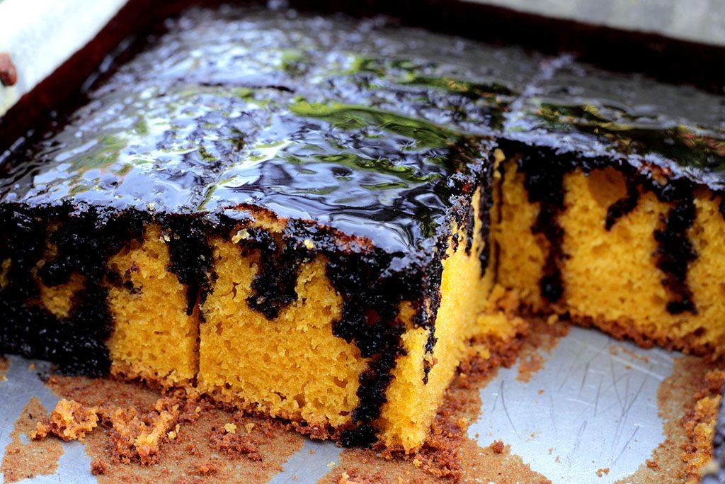 Bolo de cenoura de liquidificador - uma receita deliciosa, fofíssima e fácil de fazer. Esse é o melhor bolo de cenoura de todos. Ele ainda é feito com uma gostosa e cremosa calda de chocolate sem lactose.