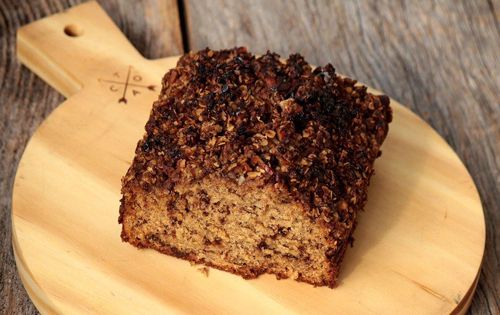 Receita de bolo integral de banana com chocolate e farofa de nozes