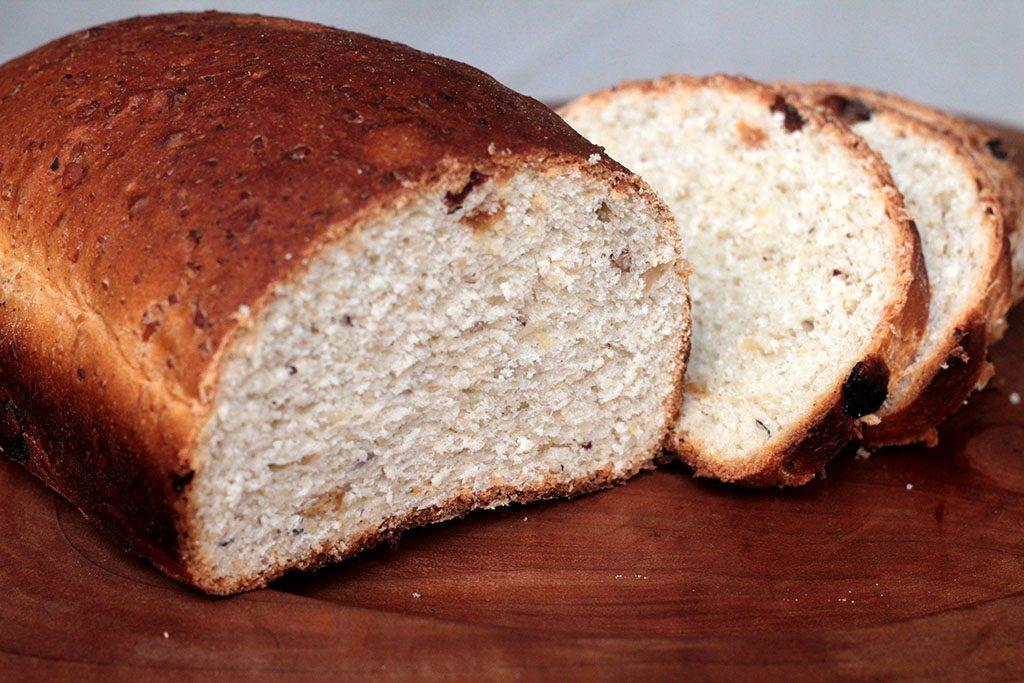 Pão caseiro de castanha-do-pará e uvas-passas