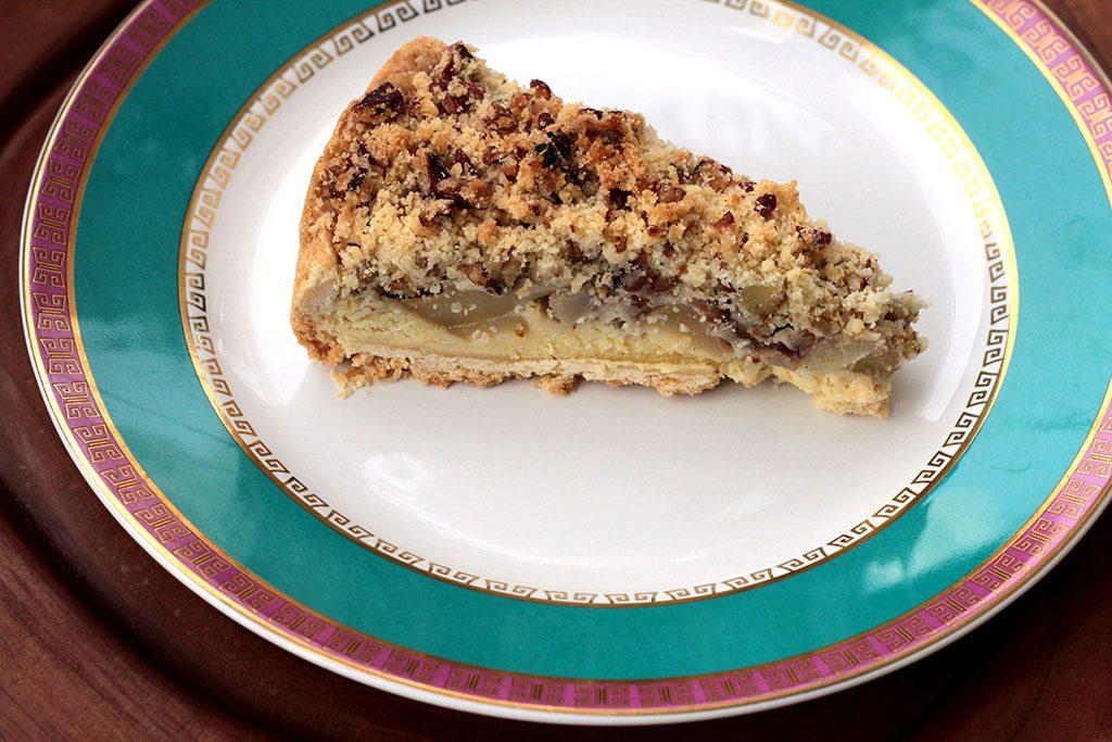 Torta de pera com especiarias e farofa de nozes