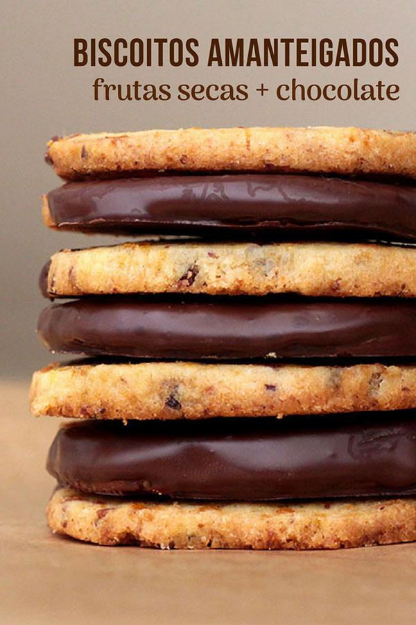 Biscoitos amanteigados com frutas secas e cobertura de chocolate - Confira a receita desses biscoitos deliciosos feitos com damasco, uvas passas e cobertos por uma camada de chocolate. Faça cookies em casa, eles são ótimos para o lanche das crianças e também dos adultos.