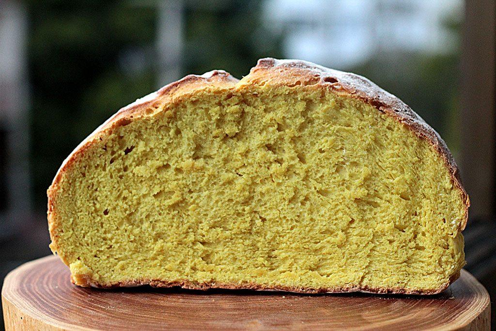 Receita de pão caseiro de leite de coco com açafrão
