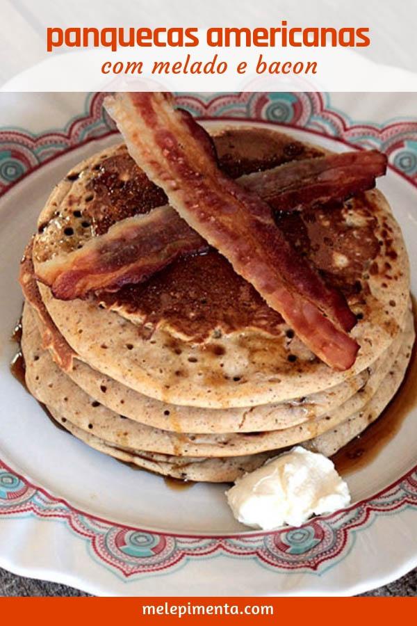 Panquecas americanas com melado e bacon - Receita de panquecas americanas com canela, cobertas por melado e com bacon crocante. Prepare essas panquecas para um café da manhã demorado e delicioso.