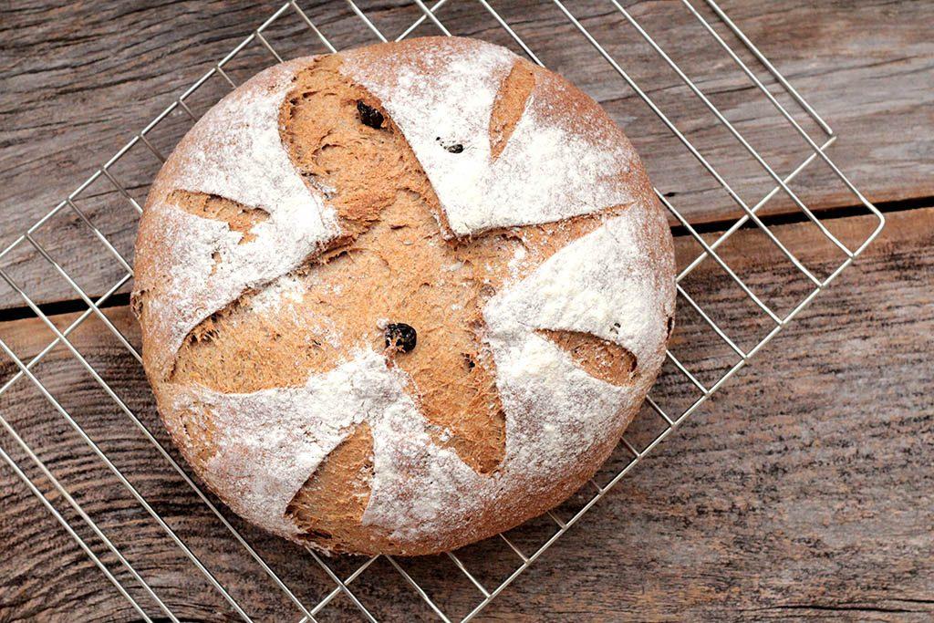 Pão integral de maçã com iogurte e passas
