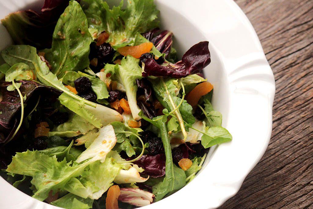 Salada de folhas com damascos, passas e molho de mostarda e mel