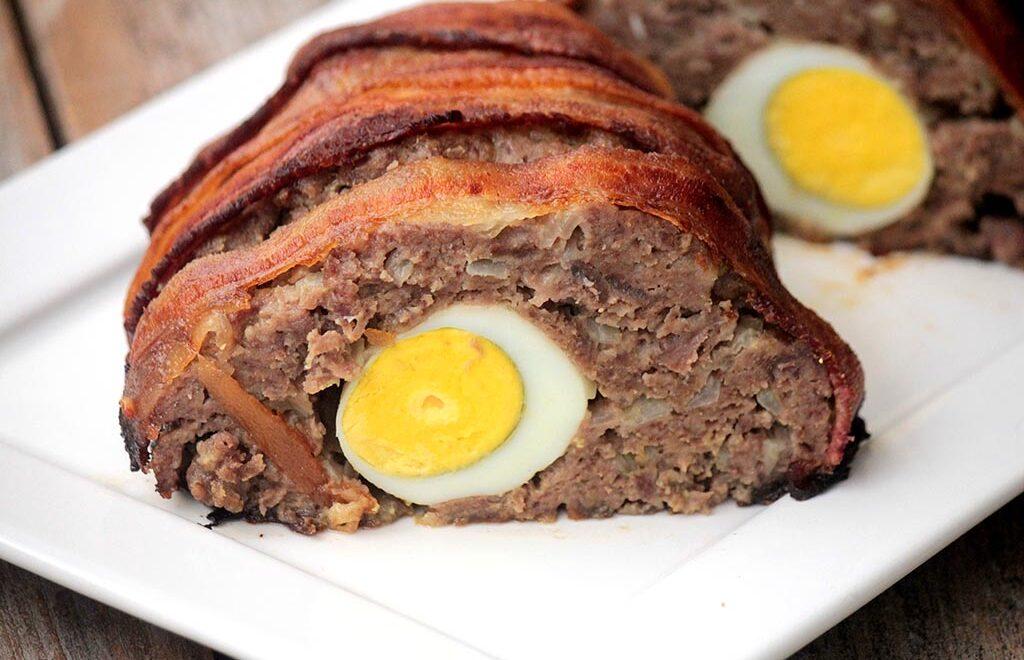 Bolo de carne recheado com ovos