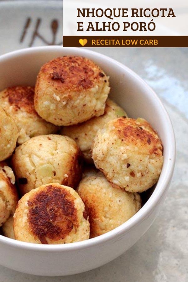 Nhoque de ricota com alho poró e parmesão - Uma receita low carb deliciosa e muito fácil de fazer. Você precisa apenas de ricota, alho poró e mais alguns poucos ingredientes. Em poucos minutos esse nhoque está pronto para ser grelhado na manteiga.
