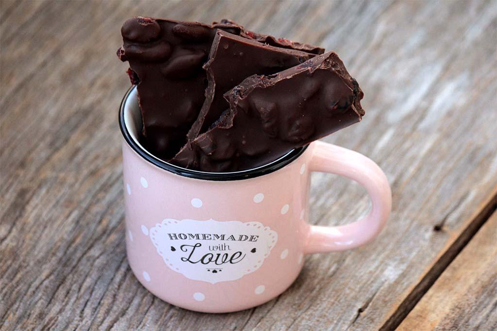 Lascas de chocolate amargo com cranberries