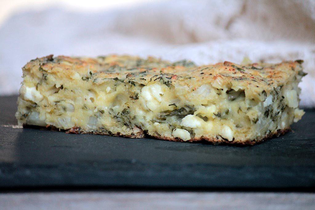 Torta salgada de talos de couve-flor e folhas de cenoura