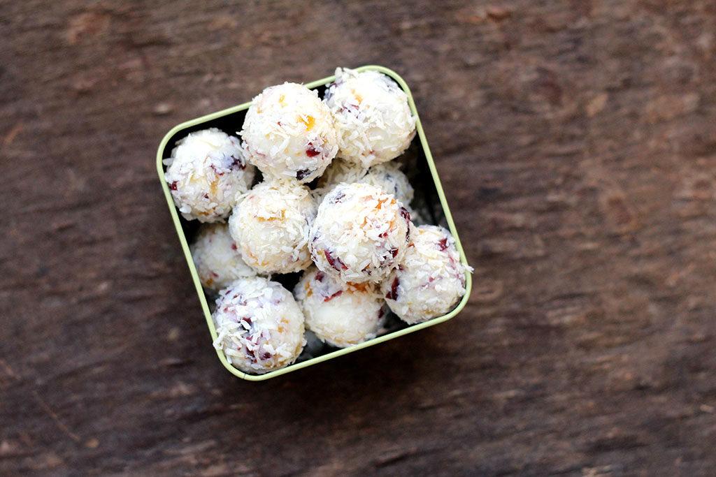 Trufas caseiras de chocolate branco e frutas secas