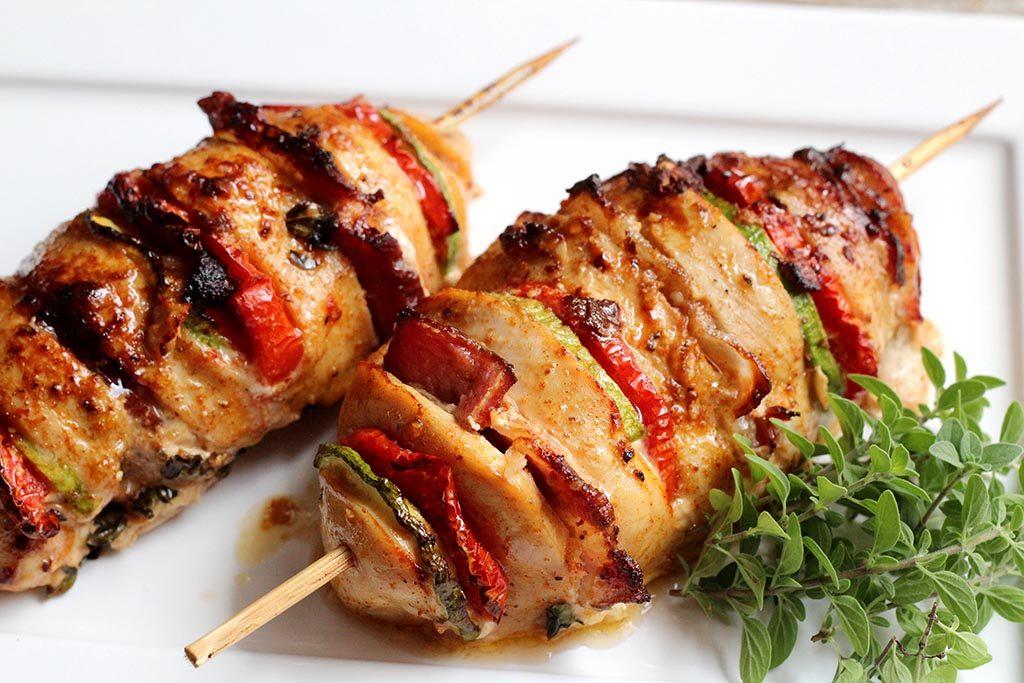 Peito de frango recheado com bacon, tomate e abobrinha