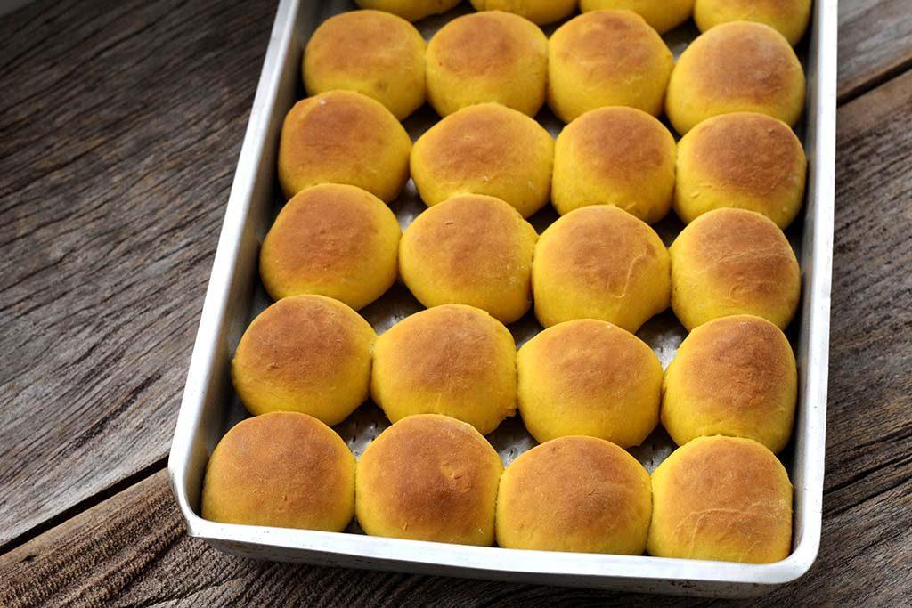 Pãozinho de abóbora com manteiga e mel