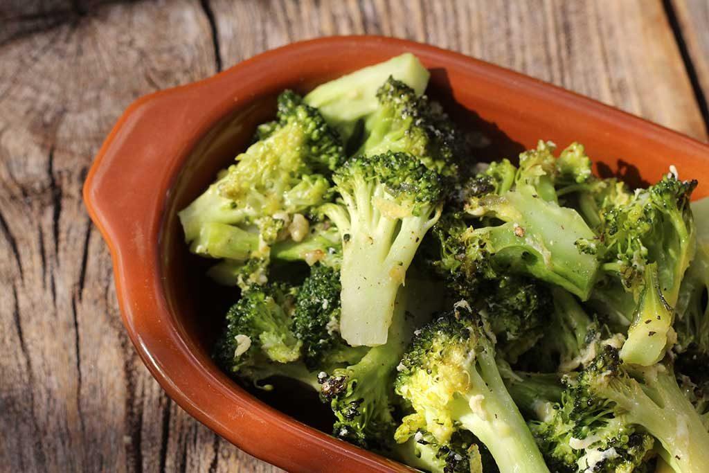 Brócolis assado com parmesão e limão siciliano