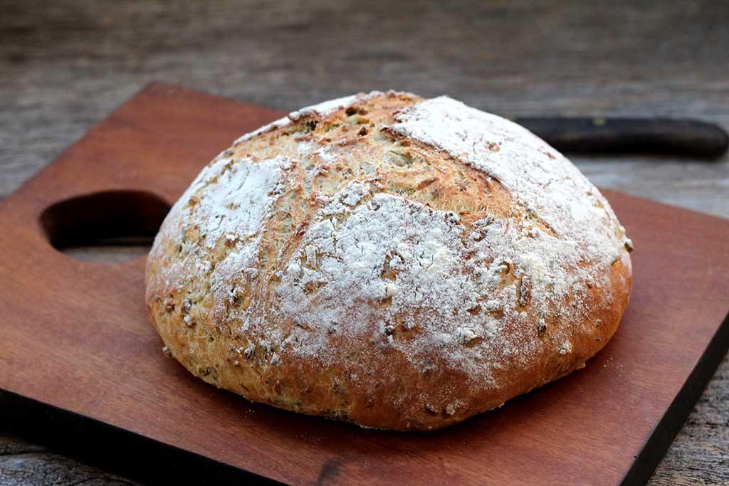 Receita de Pão de azeitona com cebola e coentro