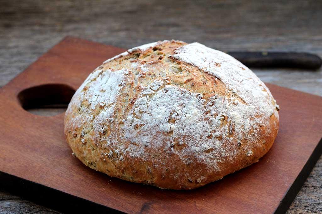Pão de azeitona com cebola e coentro