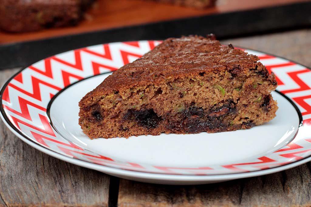 bolo fácil de abobrinha com pedaços de chocolate