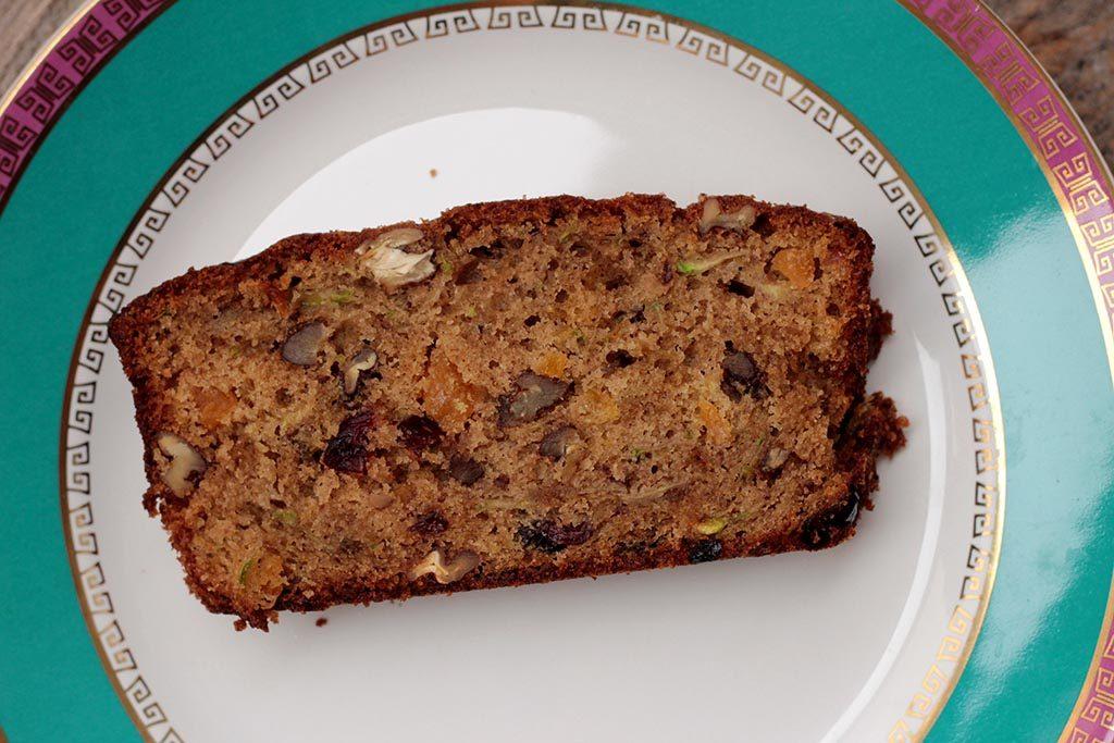 Receita de bolo de abobrinha com especiarias e frutas secas