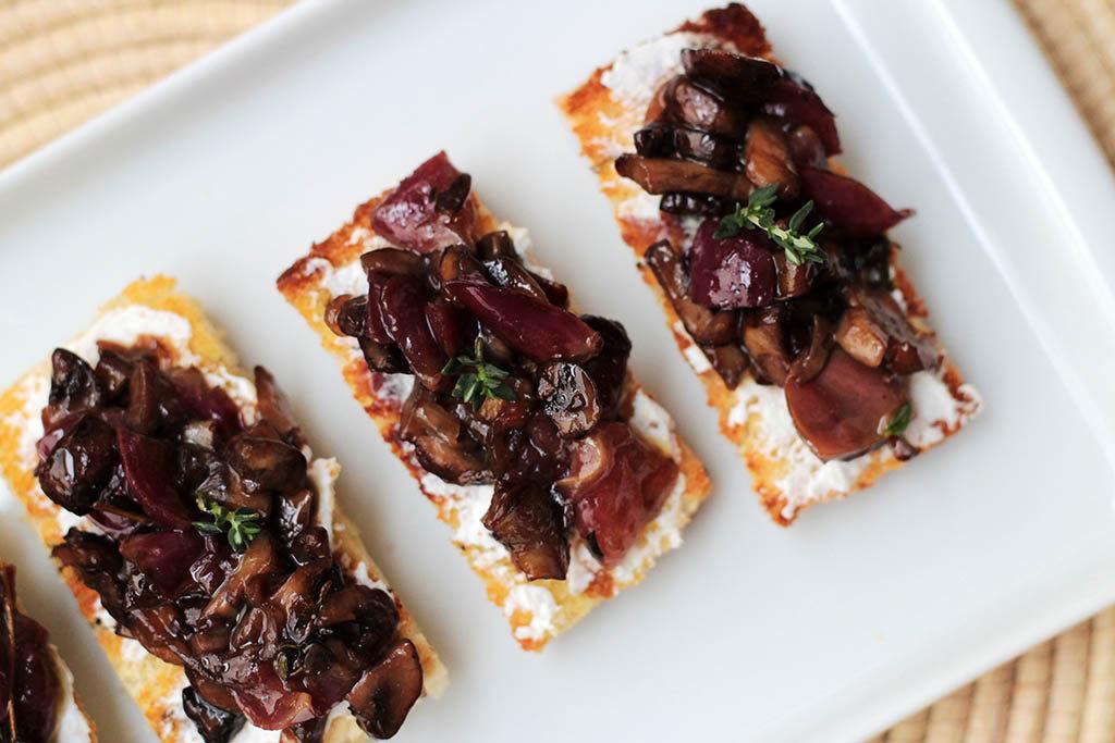 Receita de Bruscheta de cogumelos e uva assados. Entrada fácil de fazer de sabor sofisticado e delicioso.