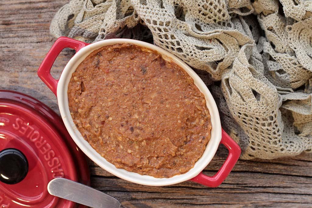 Pasta de berinjela com tomates assados e nozes